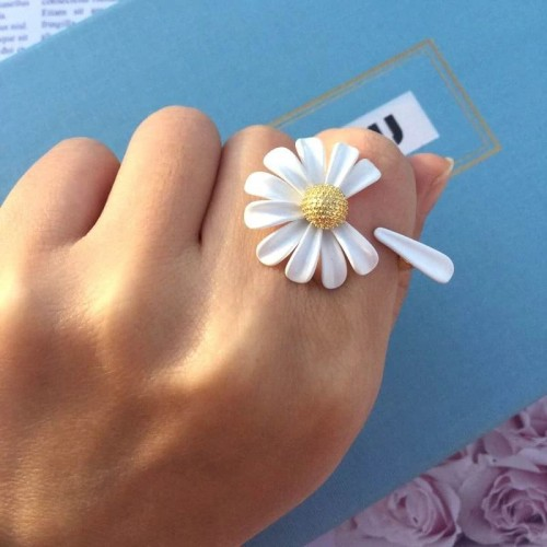 'Bellis' ring